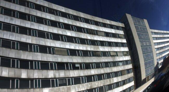 """<p class=""""artikelinhalt"""">139 Meter lang, 14 Meter tief, 33 Meter hoch: Das alte Rawema-Gebäude ist eines der größten Bürohäuser in der City. </p>"""