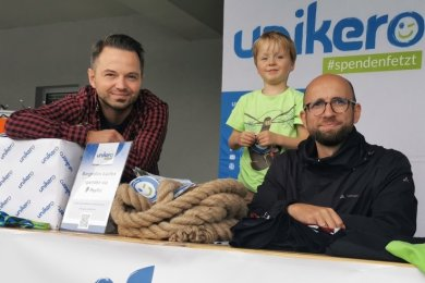 Rico Bach, sein Sohn Pitt und Martin Schöpe (von links) vom Verein Unikero betreuten am Samstag beim Sporttag Sporty einen Flohmarkt, mit dem sie Geld für bedürftige Kinder und Vereine sammelten.