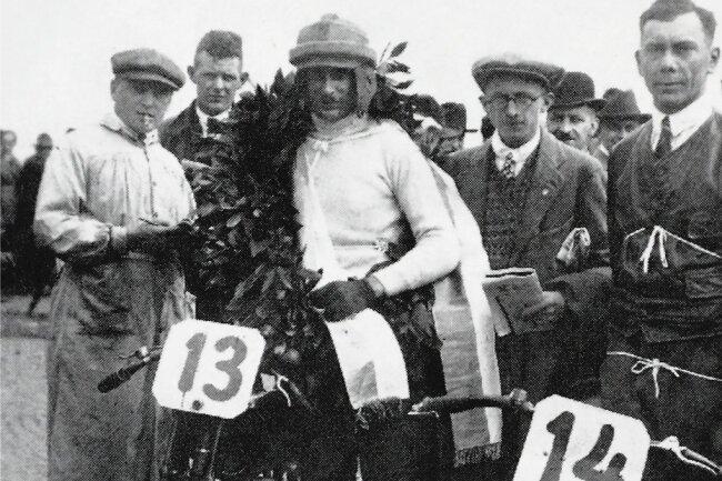 Als Rennfahrer holten Hermann Weber (vorn rechts) und Hans Sprung (vorn Mitte) eine Reihe von ersten Preisen für DKW.