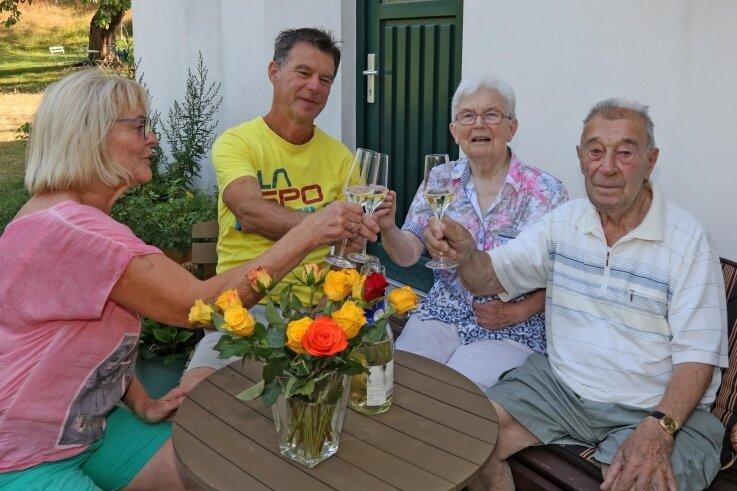 Anton Zahn (89) und seine Frau Ursula (84) stoßen mit Sohn Eberhard und Schwiegertochter Gabriele Zahn (von rechts) an.