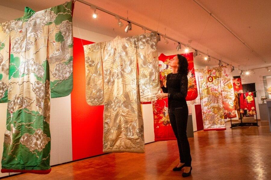 """Im Schloss Lichtenwalde wird derzeit die Sonderausstellung """"Der Duft der Kirschblüte - Textile Kunst aus Japan"""" gezeigt. Kinder sind in den Ferien zu einer Abenteuerreise durch Japan eingeladen. Sie können in die Rolle eines Samurai oder einer Geisha schlüpfen."""