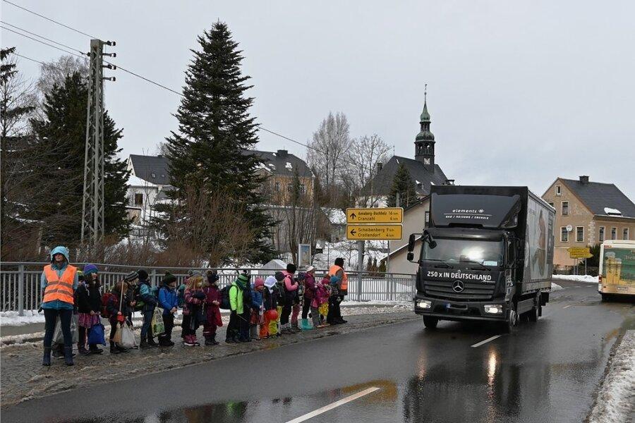 Warten vorprogrammiert: Die Hortkinder in Neudorf müssen beim Überquerender Straße besonders vorsichtig sein.