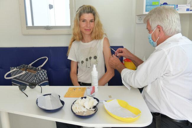 Mobiles Impfzentrum macht zum Bergstadtsommer am Samstag Station in der Erbischen Straße in Freiberg. 100 Impfungen von Johnson 6 Johnson und Biontech standen Dr. Bernd Johnigk zur Verfügung. Im Bild mit Tina Vogel aus Freiberg.