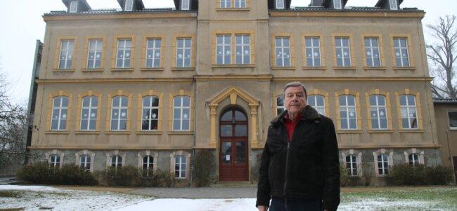 Ortsvorsteher Dietmar Katzorreck vor der Grundschule der Stadt Augustusburg, die in Erdmannsdorf steht. Er will für mehr Sicherheit für die Kinder sorgen.