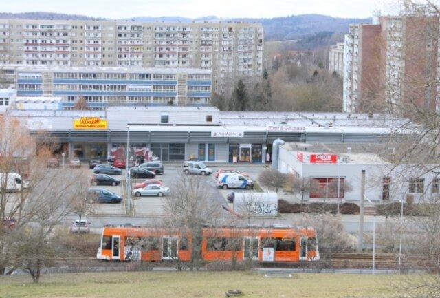 Noch ist alles beim Alten am Neumarkt im Chrieschwitzer Hang. Das Einkaufszentrum ist in die Jahre gekommen. Es soll abgerissen und durch einen Neubau ersetzt werden.