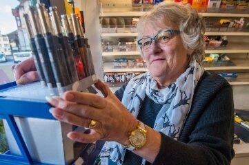Gabriele Vana räumt einen Aufsteller mit Feuerzeugen leer. Nach 25 Jahren schließt die Auerin ihr Geschäft am Postplatz.