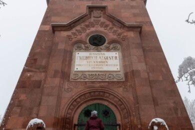 Zwar ist der Friedrich-August-Turm auf dem Rochlitzer Berg zu finden. Doch das von 1855 bis 1860 erbaute Gebäude steht auf Noßwitzer Flur. Der Turm und das zugehörige Türmerhaus -die einstige Dienstwohnung des Türmers - haben genausowenig eine eigene Hausnummer wie die Gaststätte.