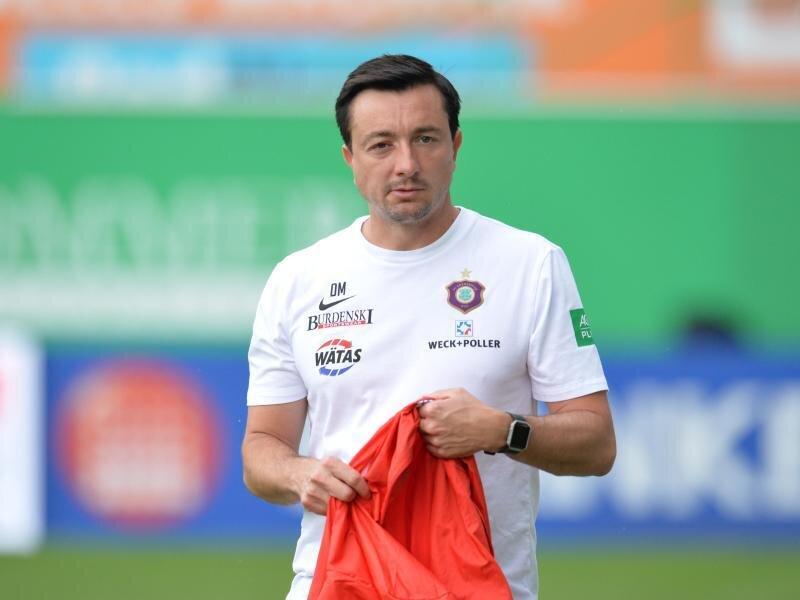Der Auer Trainer Daniel Meyer steht im Stadion.