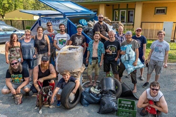 Geschafft: Die freiwilligen Sammler waren im Göltzschtal fast sieben Stunden unterwegs und haben wieder viel Müll gesammelt.