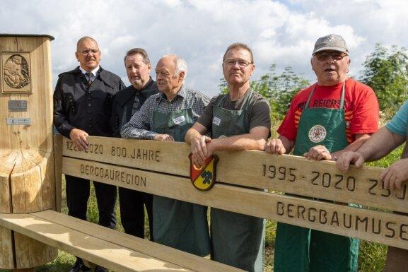 Schnitzer erinnern mit Riesen-Bank an Bergbaugeschichte in Ehrenfriedersdorf