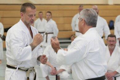 Fritz Oblinger (rechts) war einer der beiden Karatemeister, die am Samstag in Mosel ihr Wissen an die Teilnehmer weitergaben.