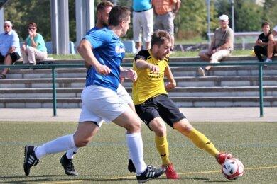 Der Freiberger Sebastian Krause (gelb/rechts) setzt sich in diesem Zweikampf durch und markiert das 1:0 für Freiberg.