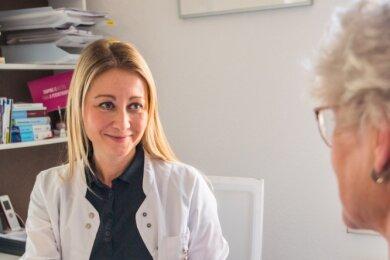 Die Hausärztin Dr. Raina Hübschmann (links) hat eine Corona-Schwerpunktpraxis in Zwönitz. Hier im Gespräch mit einer Mitarbeiterin.