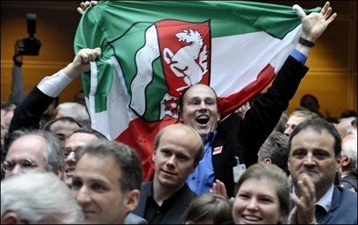 SPD-Anhänger jubeln in Berlin im Willy-Brandt-Haus während der Bekanntgabe der ersten Hochrechnung zur Landtagswahl in Nordrhein-Westfalen. In dem Bundesland ist die schwarz-gelbe Landesregierung abgewählt worden.
