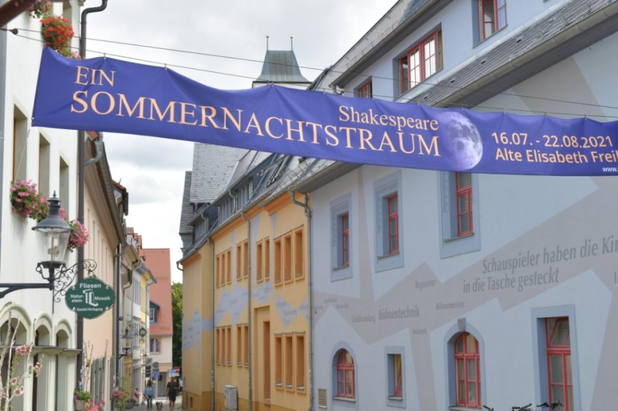 """In diesem Sommer spielt das Mittelsächsische Theater durch. Hier das """"Sommernachtstraum""""-Banner am Freiberger Haus."""