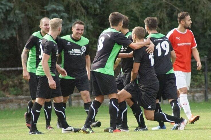 Jubeltraube kurz vor der Pause: Die Fußballer der SpVgg Reinsdorf-Vielau feiern das 1:0 von Daniel Meier (knieend).