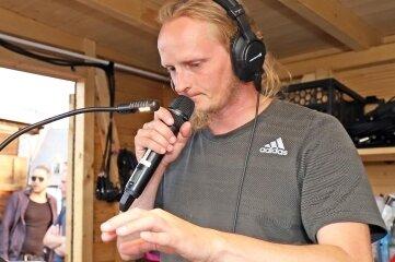 Tontechniker Hannes Schmieder beim letzten Mikro-Check. An den Pulten wird Schwerstarbeit geleistet.