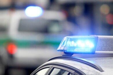 Nach Sachsenpokalspiel: Fans des 1. FC Lok Leipzig greifen in Plauen Polizisten an.