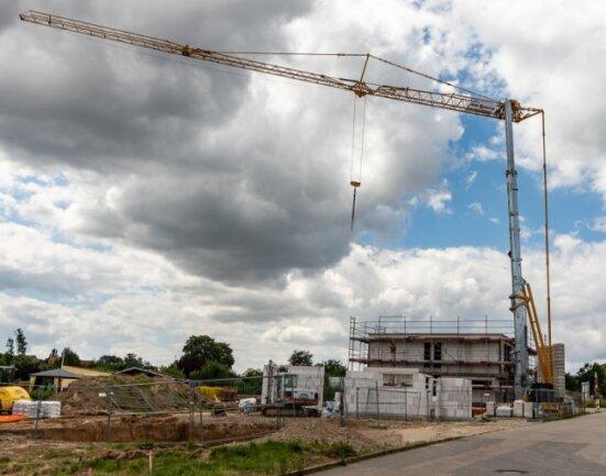 An der Straße Am Stadion in Burgstädt baut ein Investor Ein- und Mehrfamilienhäuser, die nächstes Jahr fertig sein sollen.