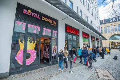 """Der erste Chemnitzer Donutladen """"Royal-Donuts""""am Düsseldorfer Platz hat am Samstag einen riesigen Ansturm erlebt."""