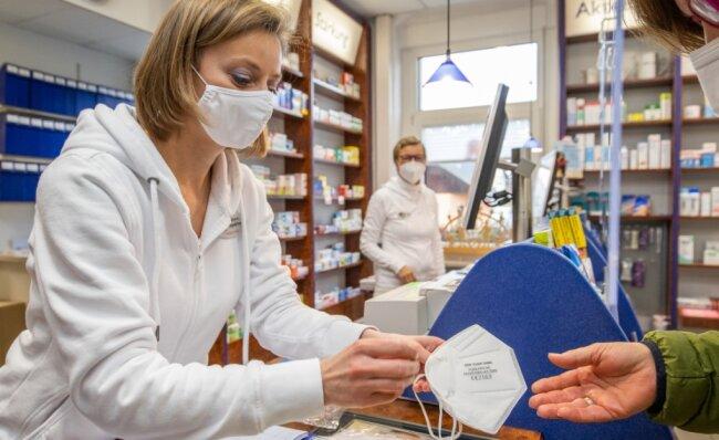 Nadine Hillig von der Raben-Apotheke Mildenau bei der Ausgabe von FFP2-Masken an Kunden.