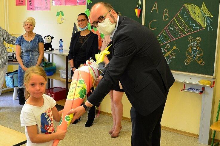 Kultusminister Christian Piwarz überreichte zunächst an der Grundschule Grünlichtenberg eine Zuckertüte an Amelie.