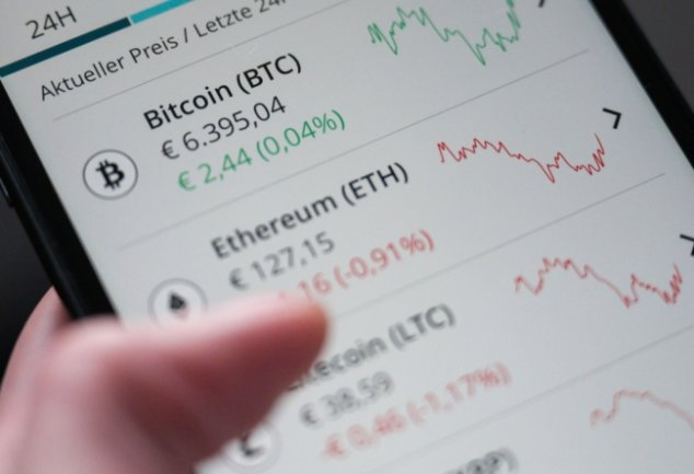Investments in Kryptowährungen wie Bitcoin sind selbst für Experten mit viel Risiko verbunden. Wer in diesem Zusammenhang an Betrüger gerät, sieht sein Geld mit großer Wahrscheinlichkeit nicht wieder.