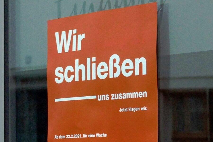 Die Schaufenster mehrerer Läden in der Zschopauer Innenstadt sind mit dem Plakat versehen.