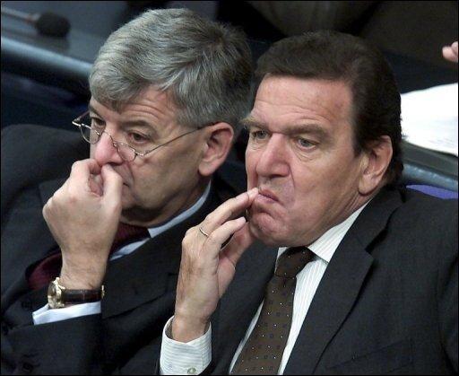 Seit dem Ende der rot-grünen Bundesregierung unter Gerhard Schröder (r.) sind Bündnisse von SPD und Grünen in Deutschland dünn gesät. (Archivfoto)