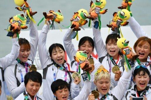 Das koreanische Team feiert gemeinsam die Medaille