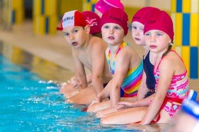 Die ausgebildeten Schwimmlehrer wissen sehr gut, wie sie die Minis am Beckenrand bei Laune halten. Im warmen Wasser sei es auch leichter als im Freibad, sagt Vereinschef Alexander Steiner.