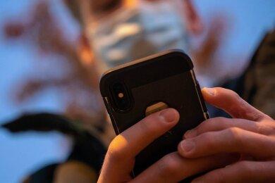 Dienstleistungen der öffentlichen Hand vom heimischen Rechner abzurufen oder von mobilen Geräten wie dem Smartphone (Foto) sind theoretisch möglich. Viele Schritte Richtung digitalerem Staat wurden schon vor Jahren angestoßen, haben sich aber immer wieder verzögert.