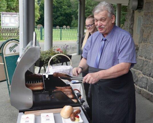 Heinrich Kohl, Oberbürgermeister von Aue-Bad Schlema, am Grill. Er sponserte die Würste für die Grillaktion persönlich