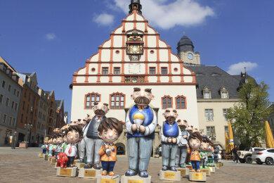 Vater-und-Sohn-Duos als Parade vor dem Alten Rathaus, bevor sie im Stadtzentrum verteilt wurden.
