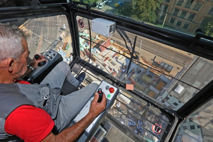 Nichts für Leute, die Höhenangst haben: Blick aus der Kabine des AMS-Turmdrehkrans AK-310.16 hinab auf die Baustelle für das neue Seniorenheim an der Ecke Humboldtstraße/Werdauer Straße.