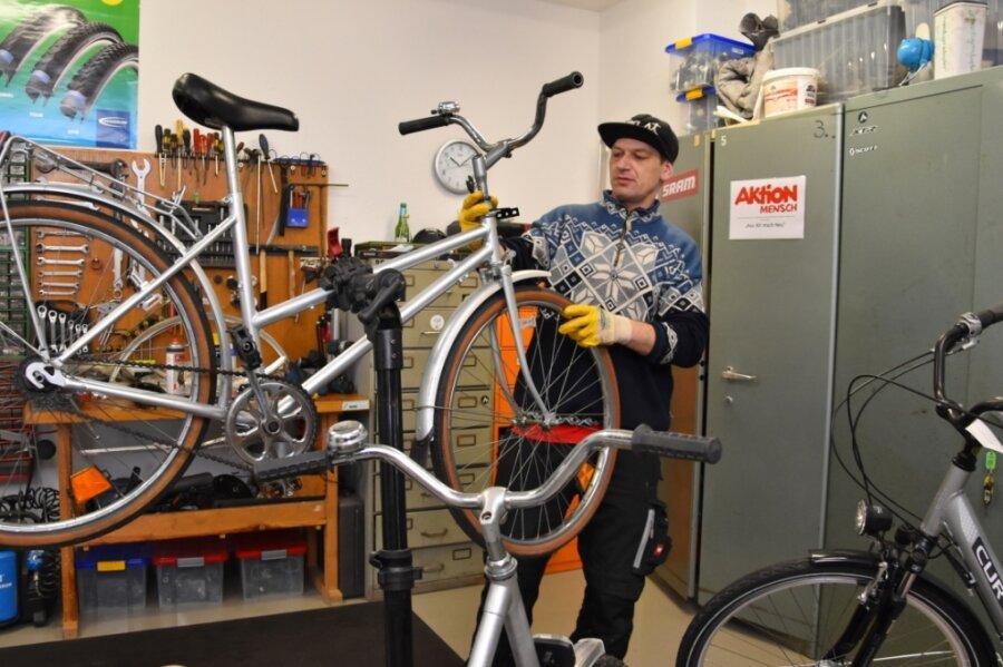 André Kluge hat in der Fahrrad-Selbsthilfewerkstatt des CJD die Räder für die Blumen-Aktion in der Bahnhofsvorstadt hergerichtet.