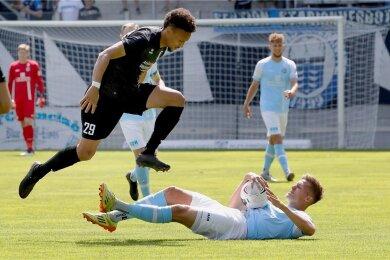 Der CFC am Boden, die Gäste obenauf. Die Himmelblauen um Lukas Aigner (unten) verloren gegen die VSG Altglienicke um den Ex-Chemnitzer Jamil Dem mit 0:2.
