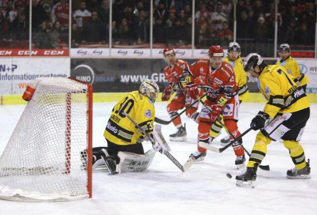 Tomáš Knoteks (Mitte) Gastspiel für die Eispiraten blieb ein kurzes.