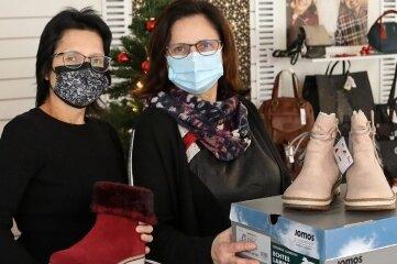 Charlotte Winkler mit Tochter Sophia in ihrem Schuhgeschäft