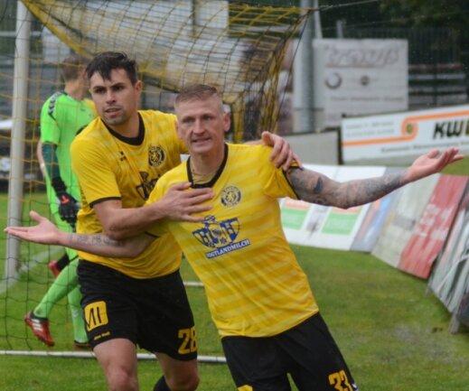 Nach dem 2:2 freut sich Thomas Stock (links) mit Marc-Philipp Zimmermann, der kurz darauf auch noch das Siegtor für den VfB erzielt.