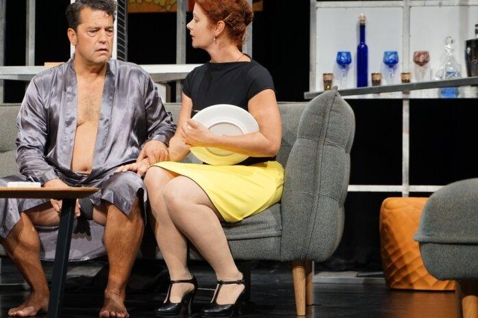 """Arnold, gespielt von Antonio da Silva, steht vor der Frage, ob er seiner Frau Katrin (Alica Weirauch) eine Niere spendet - zumindest am Anfang des Stücks """"Die Niere"""", das im Fritz-Theater Premiere hatte."""