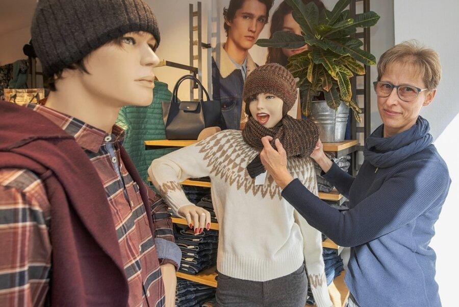 Zur Orientierung für die Kunden zeigt Beate Lindner, Inhaber von Leo's Trendmode, viele ihrer Artikel im Schaufenster.