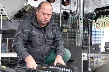 """Bei der Kirmes in Grüna wurde infolge des Starkregens Bühnentechnik von Mario Dalibors """"Musikmühle"""" beschädigt."""