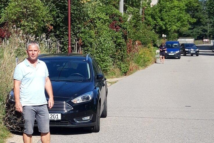 Entlang der Pleißenbachstraße fehlt ein Stück Fußweg. Schulkinder und Fußgänger müssen dort auf der Straße an parkenden Autos vorbei. Ortsvorsteher Holger Schmeißer fordert deshalb eine Veränderung der Situation.