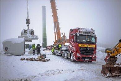 Verladen: Keine 24 Stunden nach dem Abbau geht die Windkraftanlage auf die Fahrt nach Litauen.