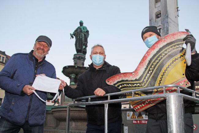"""In närrischer Mission: Achim Breßler, Daniel Viertel und Martin Schlegel (v.l.) vom Freiberger Karneval Klub mit ihren """"Präsenten"""" für Otto den Reichen."""