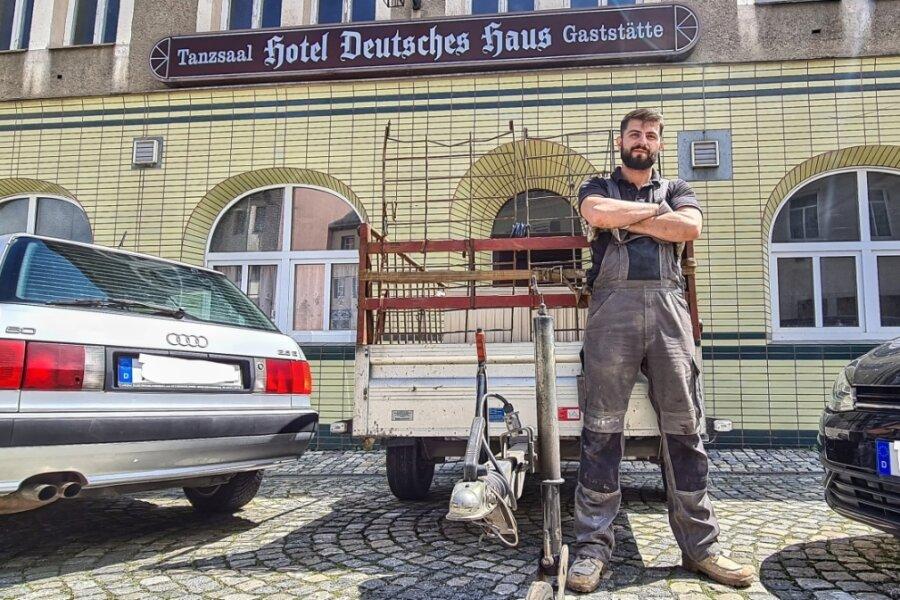 Stadtbekannte Fassade, neues Gesicht: Müslüm Yilmaz vor dem Deutschen Haus in Lößnitz.
