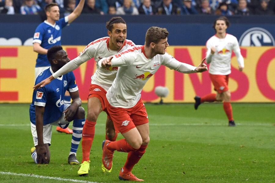 Yussuf Poulsen (l) und Torschütze Timo Werner von Leipzig bejubeln das 0:1.