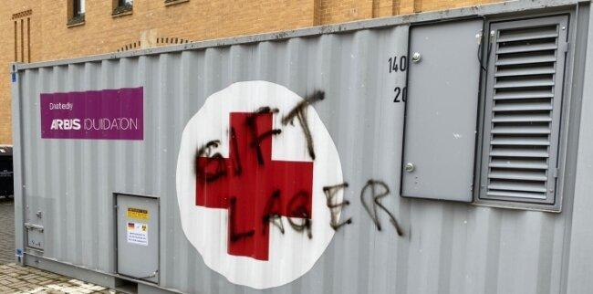 Graffiti am Impfzentrum in Plauen: Offenbar haben Impfgegner ihre Botschaften an den Impfstandorten im Vogtland hinterlassen. Foto: DRK Göltzschtal