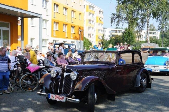 Oldtimer-Parade am Alloheim